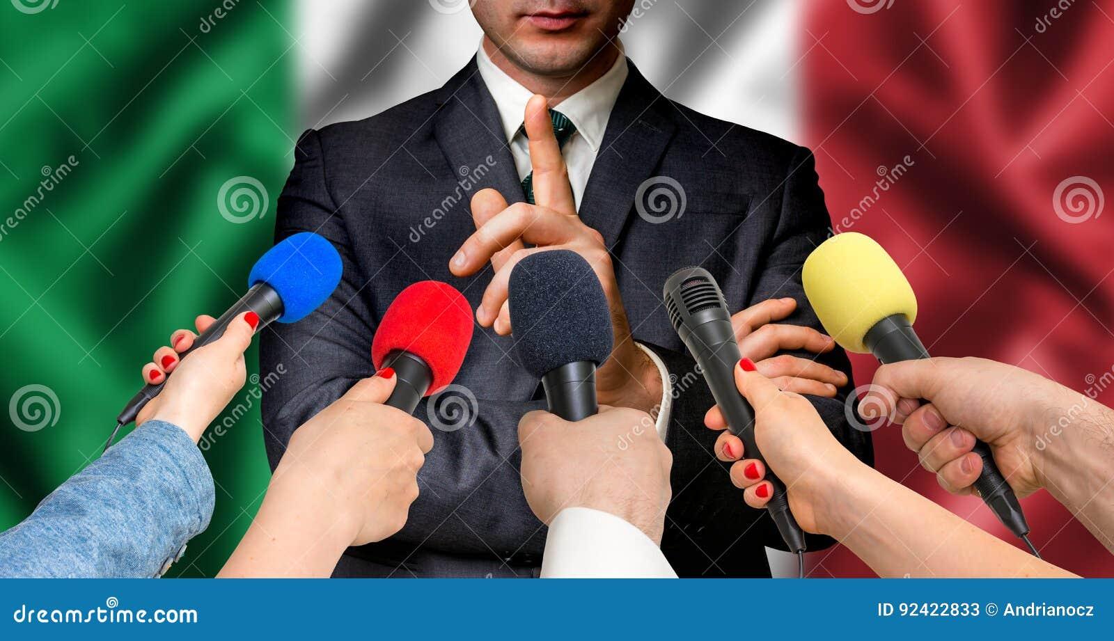 O candidato italiano fala aos repórteres - conceito do jornalismo