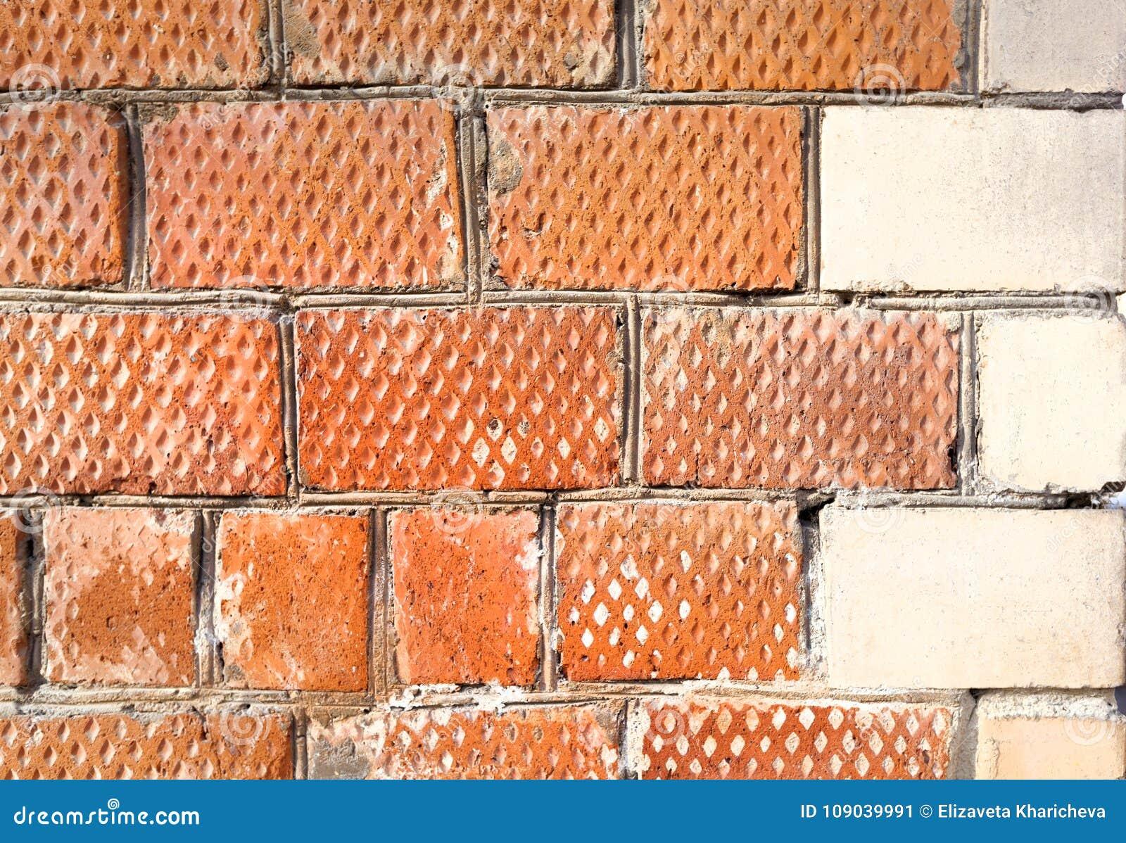 O canto da casa é feito dos tijolos com um elemento de canto decorativo