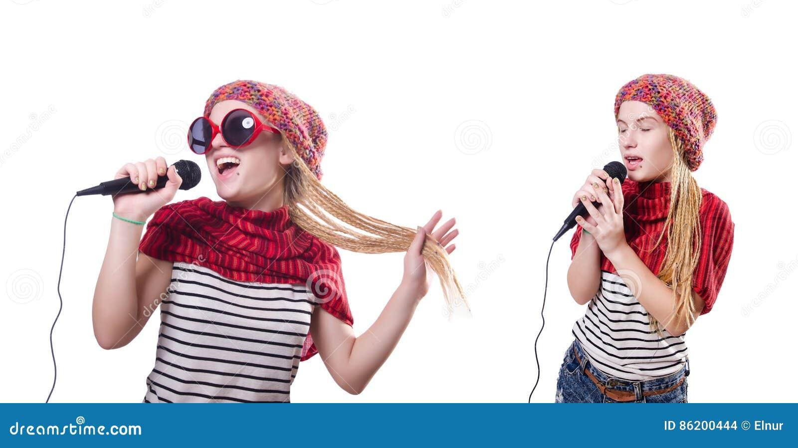 O cantor fêmea novo com o mic no branco