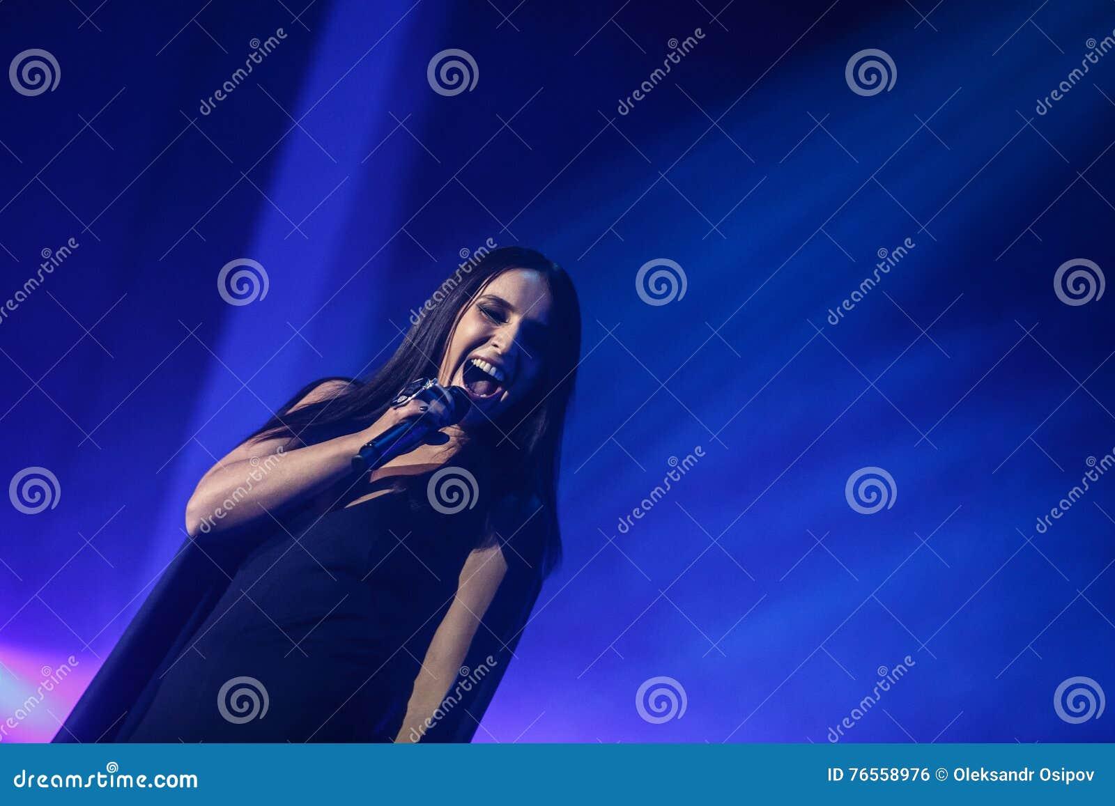 O cantor ucraniano famoso Jamala deu um concerto que apresenta lhe a respiração nova de Podykh do álbum