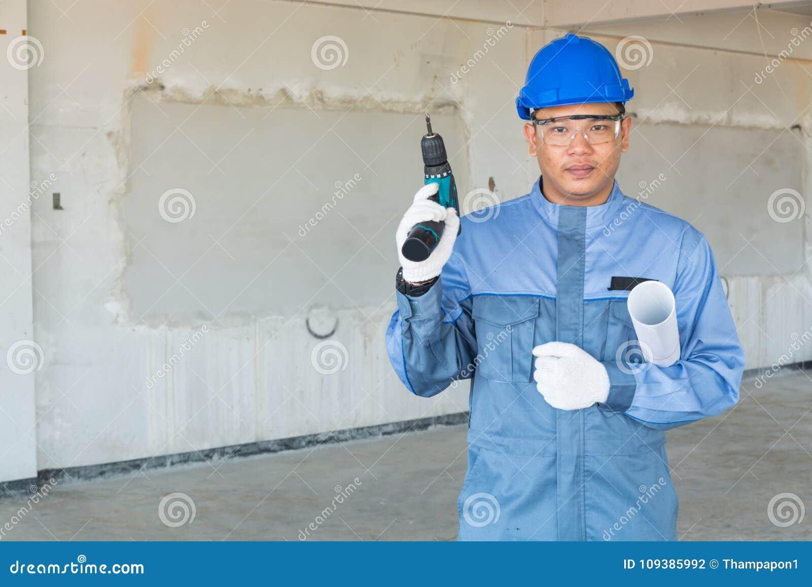 O capacete de segurança azul e a proteção do desgaste do técnico ou do mecânico serem o HOL