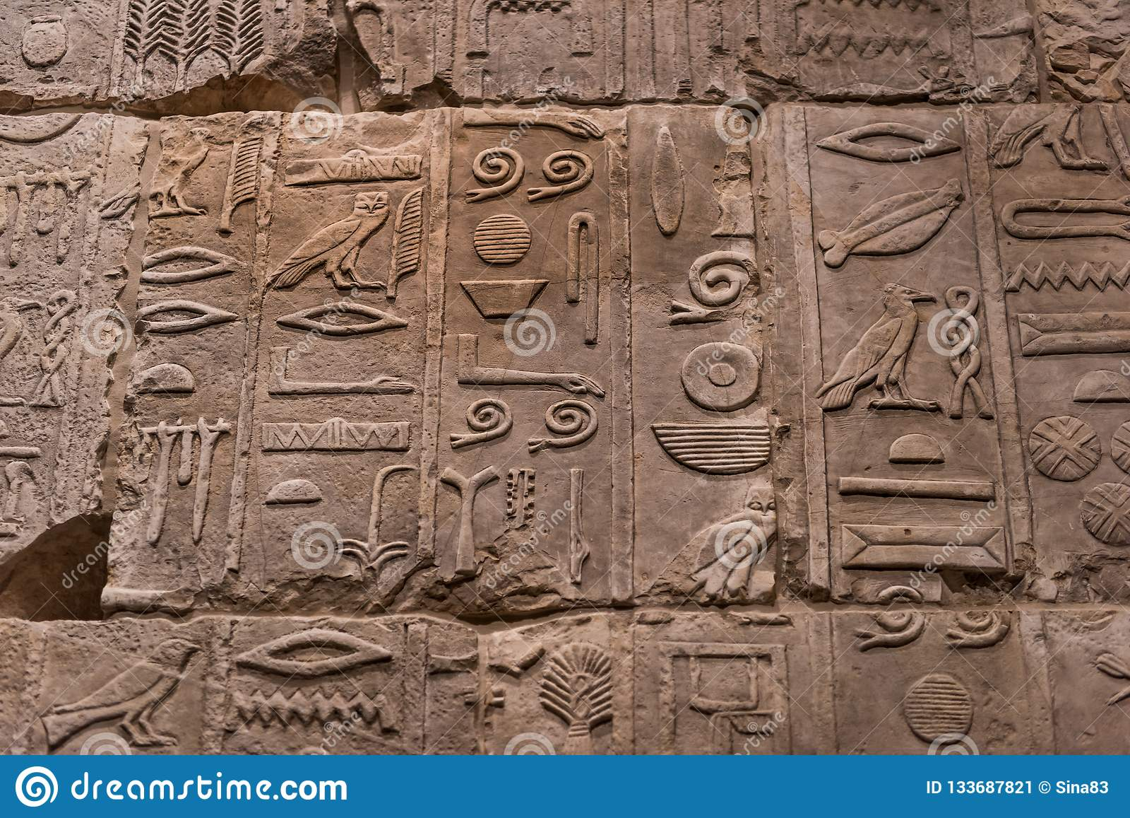 O caráter do hieróglifo egípcio na pedra