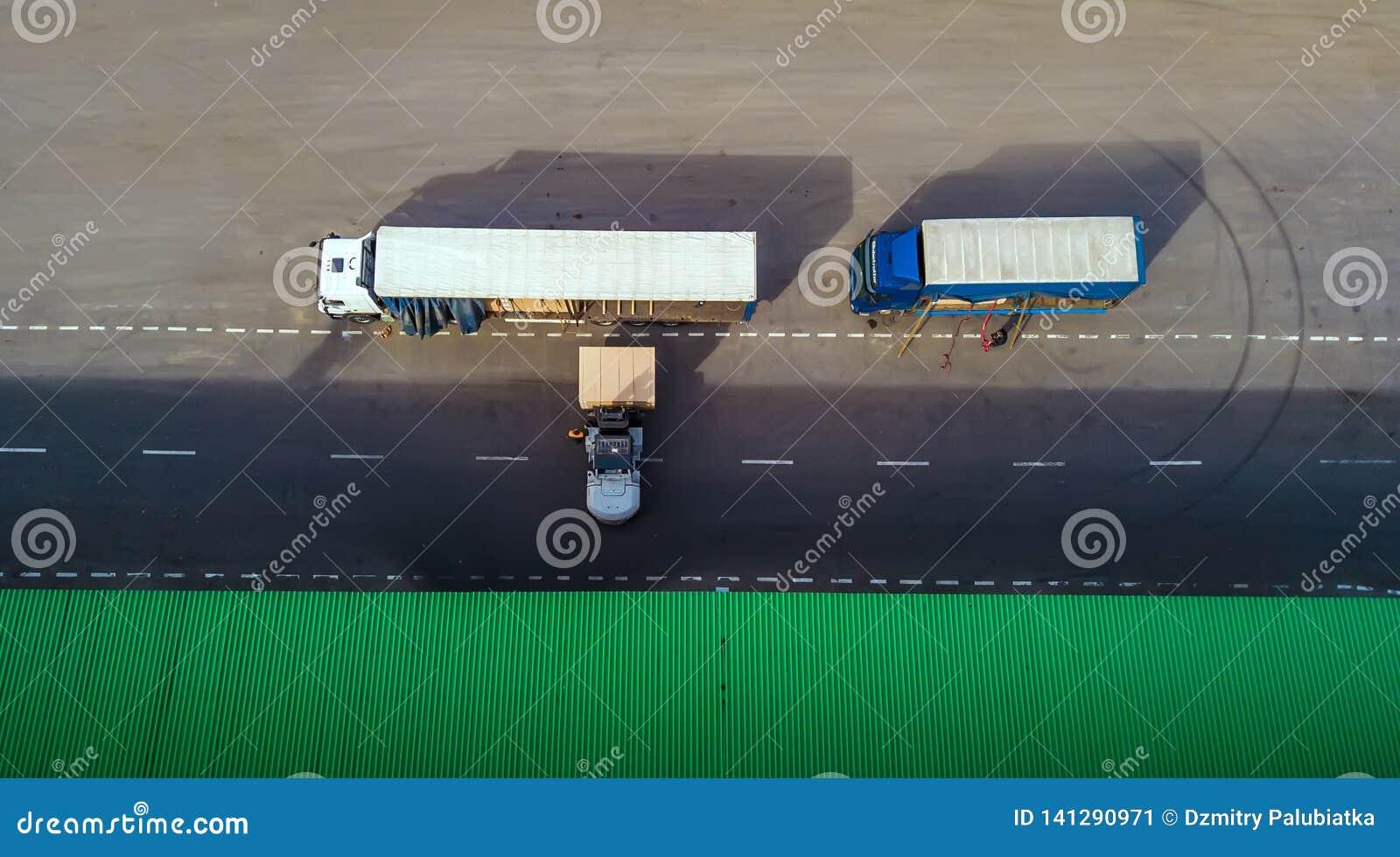 O carregador carrega o caminhão Vista superior