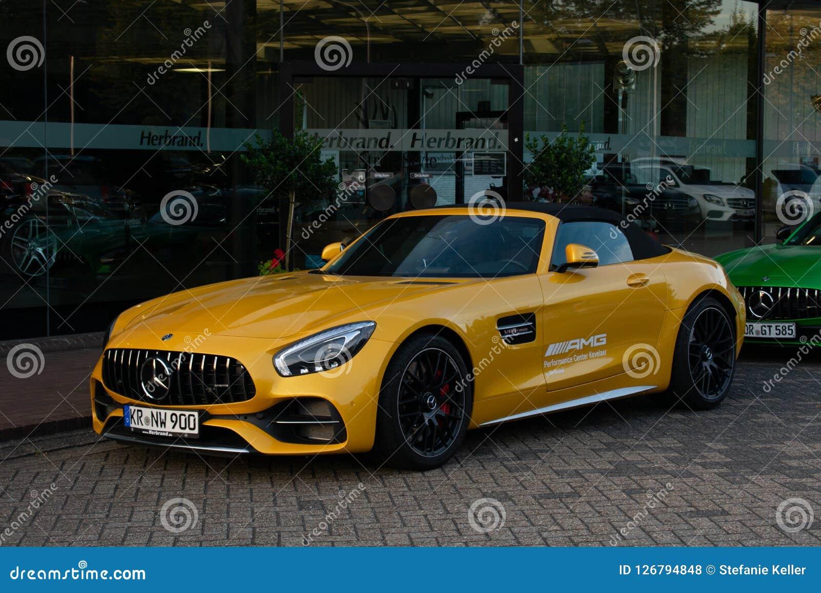 O Carro De Esportes Mercedes Amg Gt No Amarelo Foto De Stock Editorial Imagem De Carro Negociante 126794848