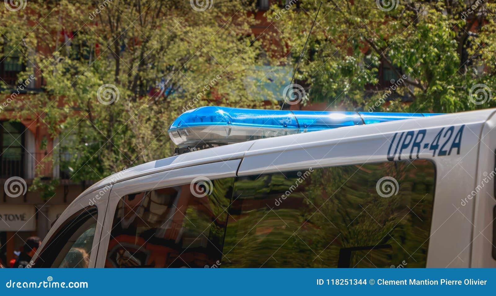 O carro de polícia espanhol monitora turistas em Toledo
