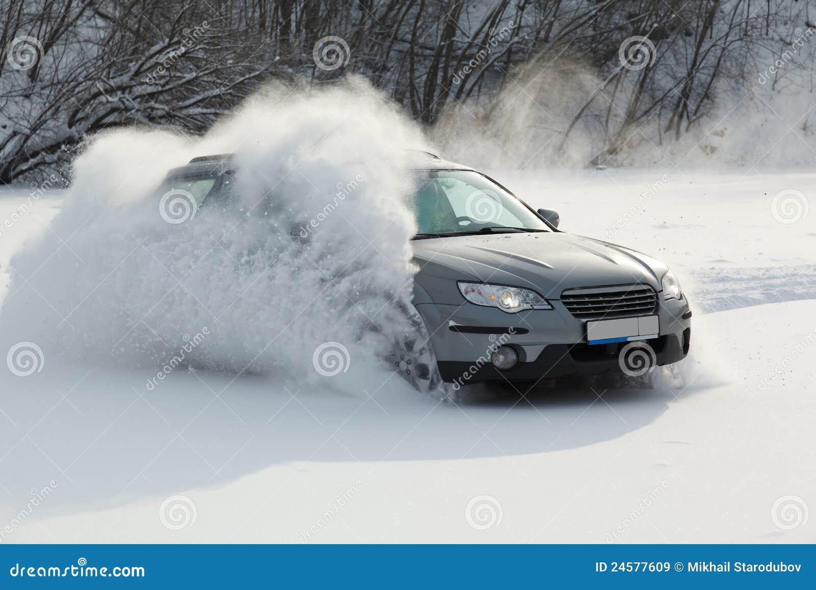 O carro está movendo-se ràpida sobre a neve lisa