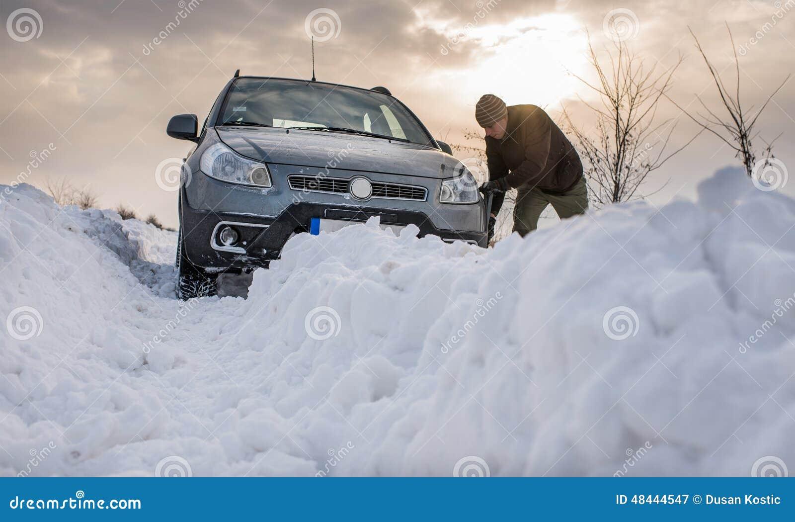 O carro furou na neve