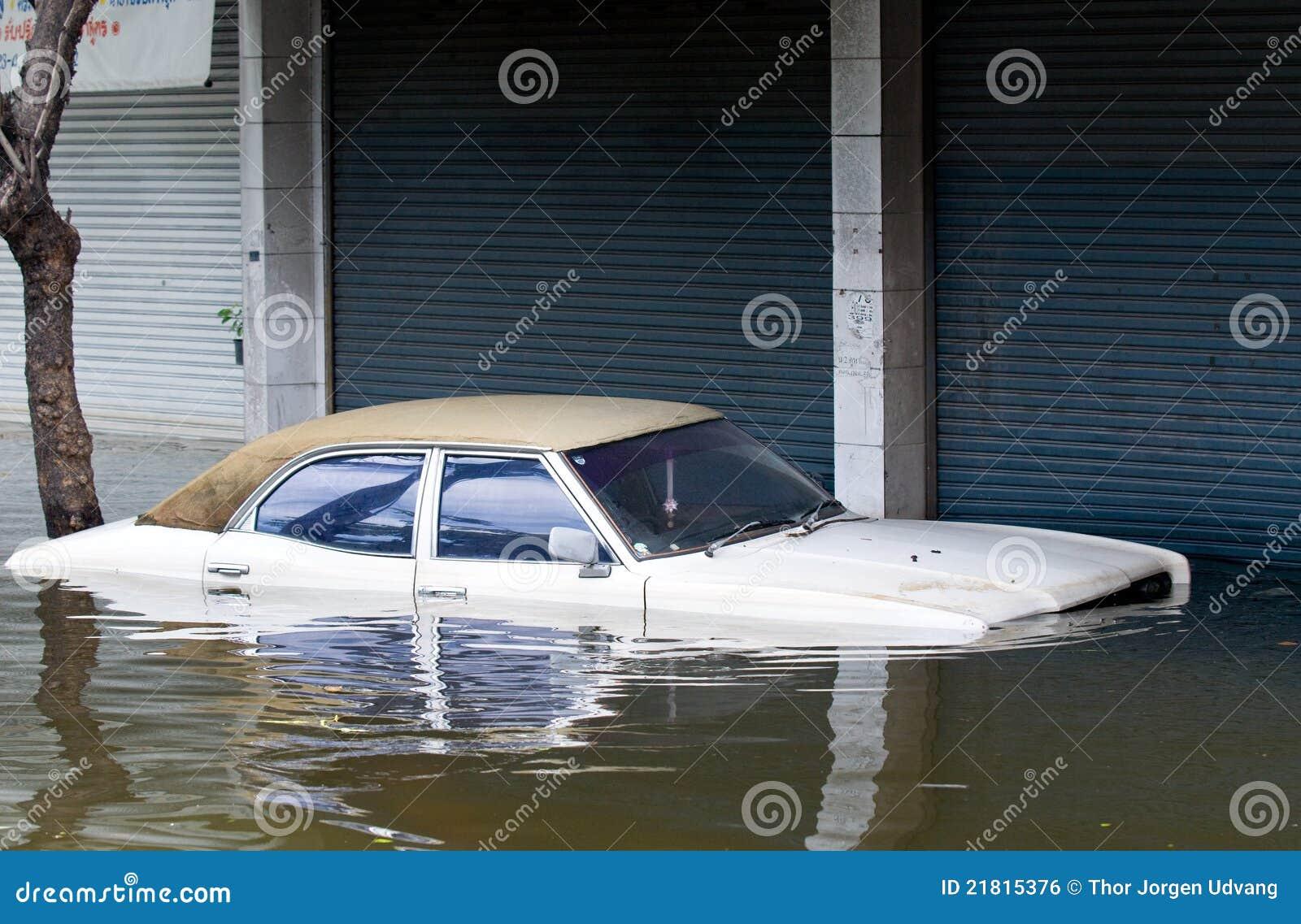 O carro inundou durante uma inundação em Banguecoque, Tailândia