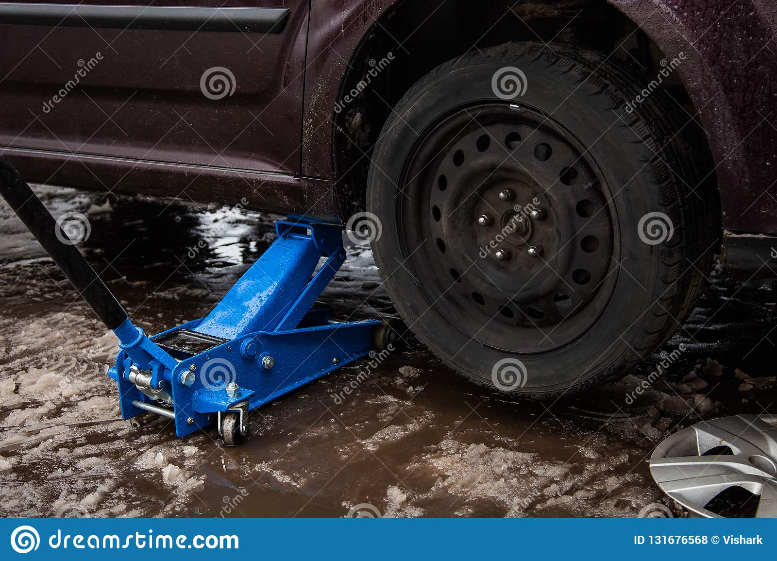 O carro levanta acima para as rodas de levantamento, reparação de automóveis