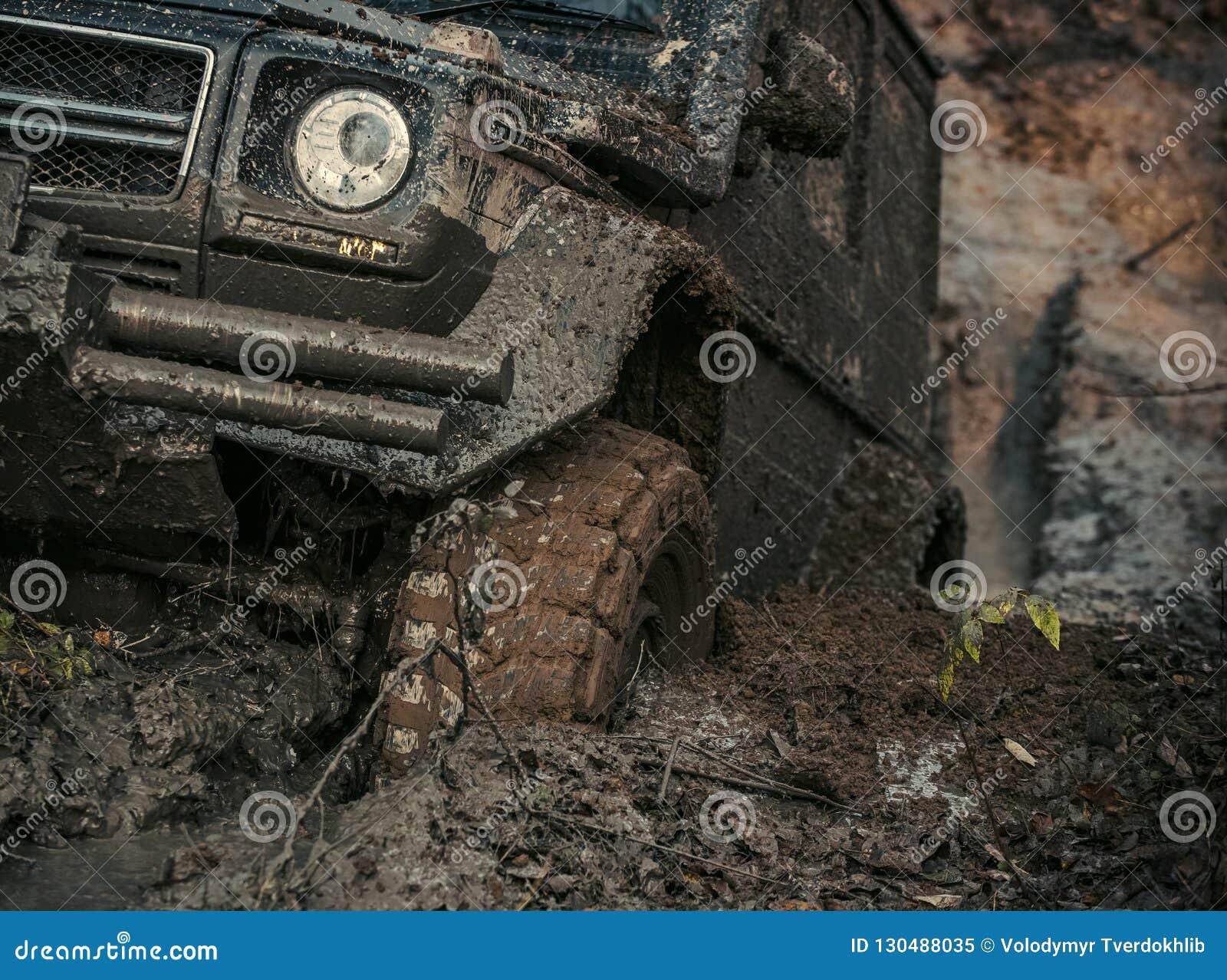 O carro 4x4 ou 4WD com roda dentro a lama