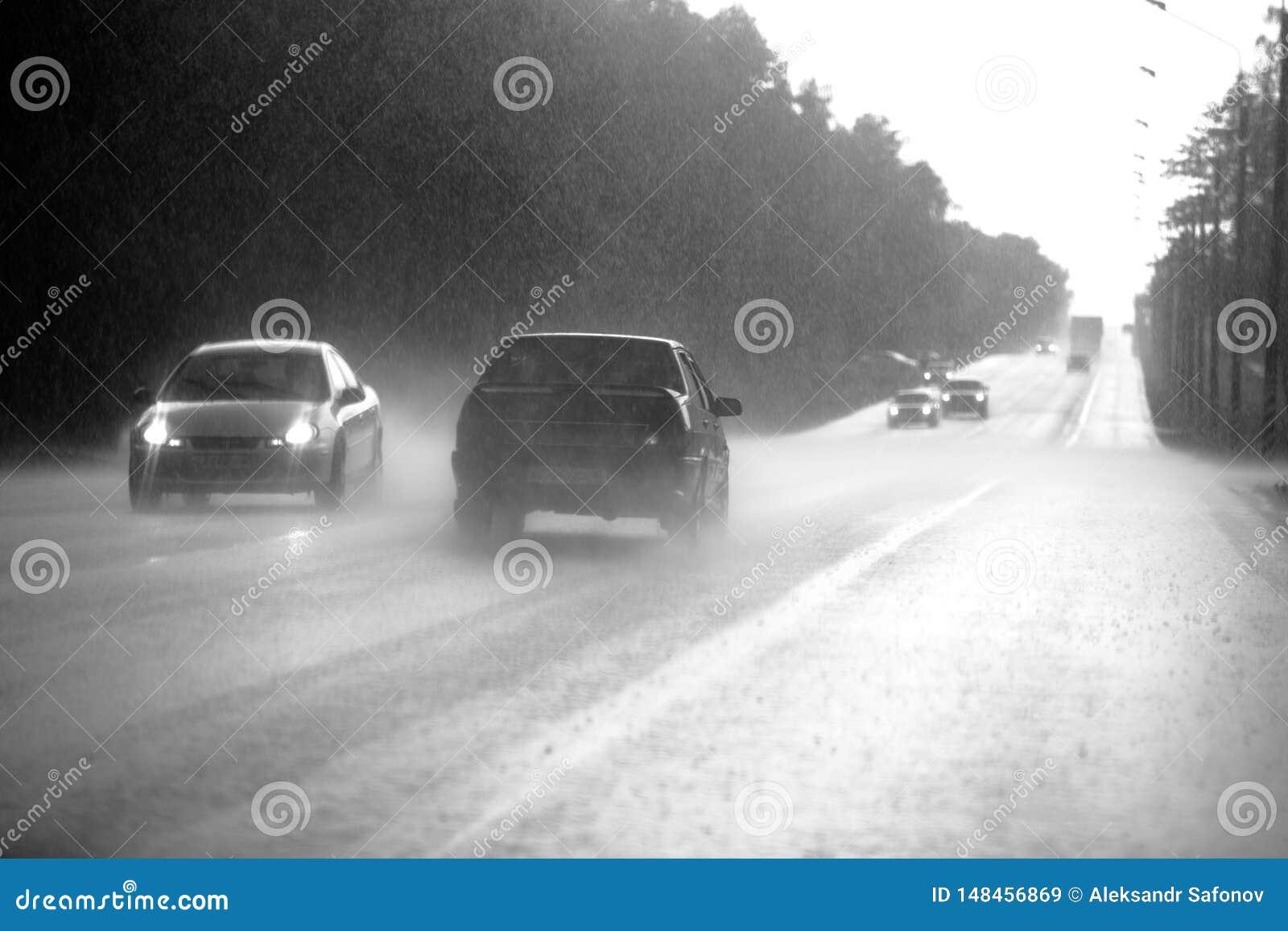 O carro vai na estrada em uma chuva torrencial