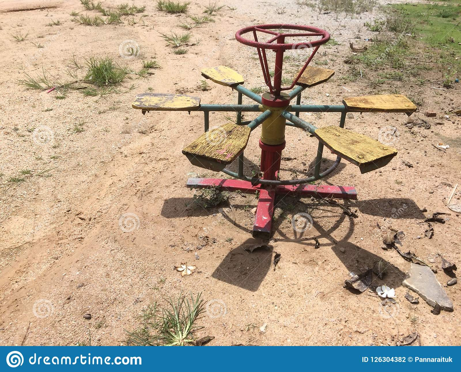 O carrossel é um brinquedo para crianças rurais
