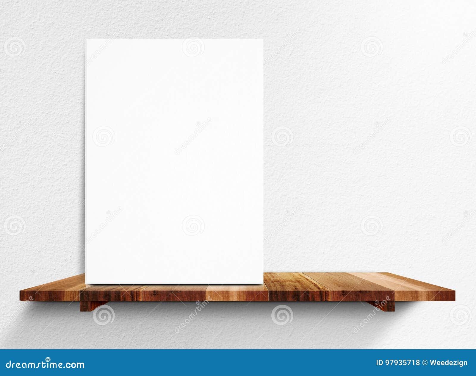 O cartaz branco vazio na prateleira de madeira na parede branca da casa, zomba acima