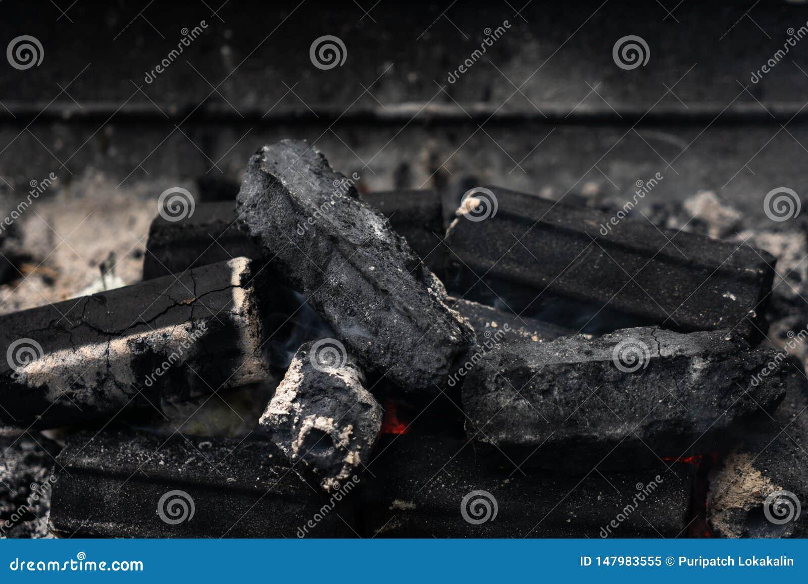 O carvão vegetal ardente