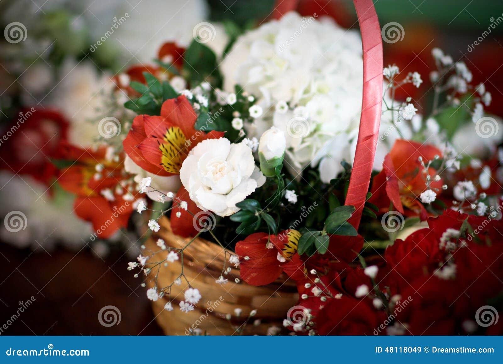 O casamento floresce o posie da cesta do flowergirl de flores vermelhas e brancas