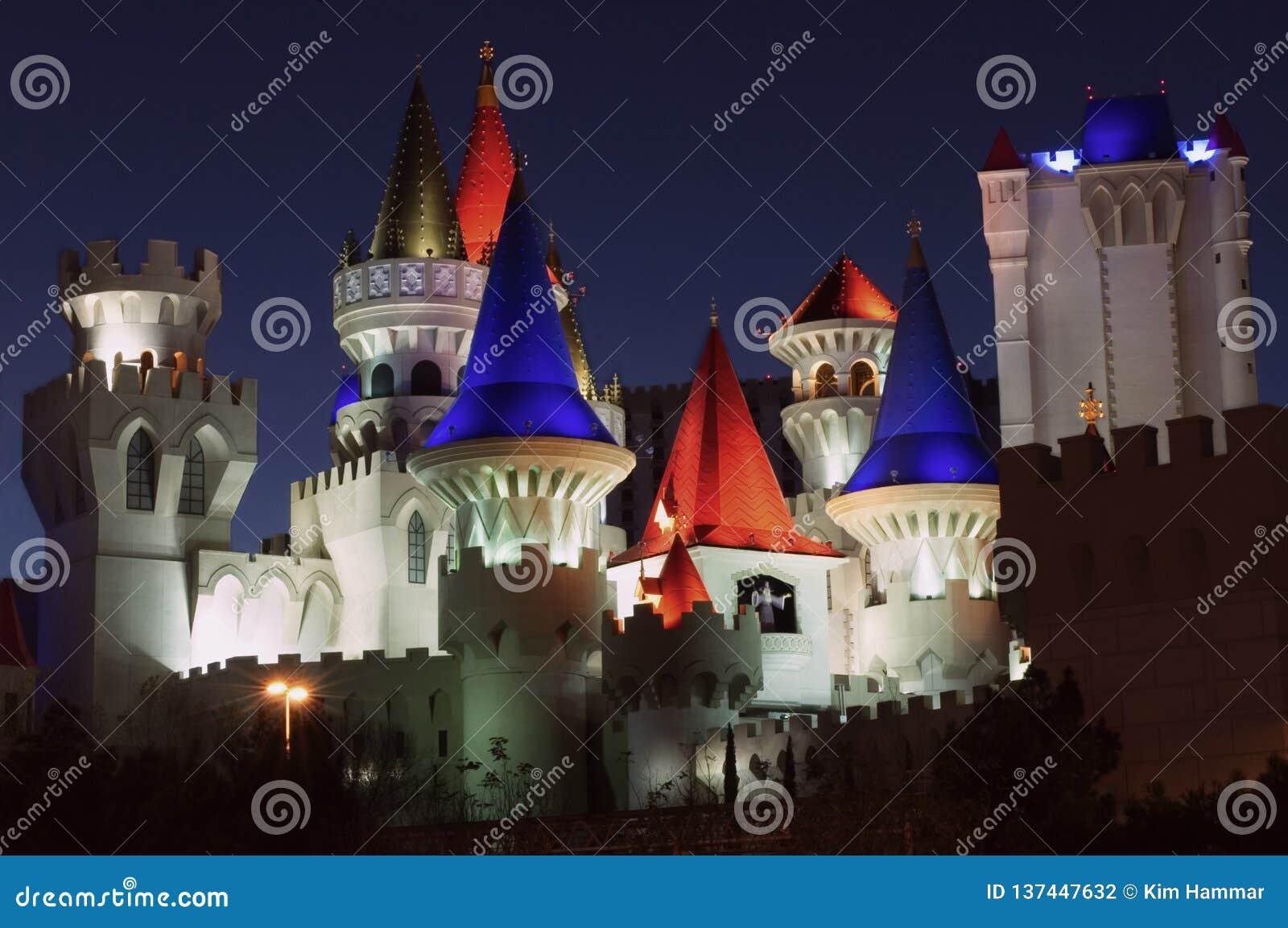 O casino do hotel de Excalibur nas luzes de tira de Las Vegas acima na noite