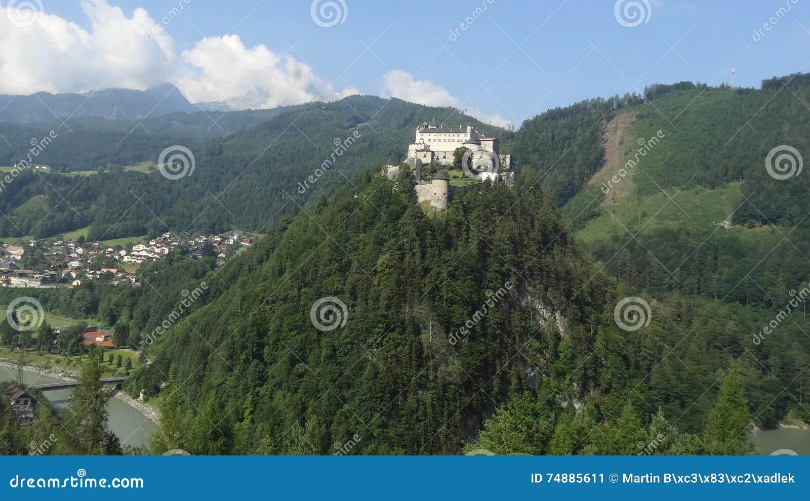 O castelo de HohenWerfen em Salzburg/Áustria