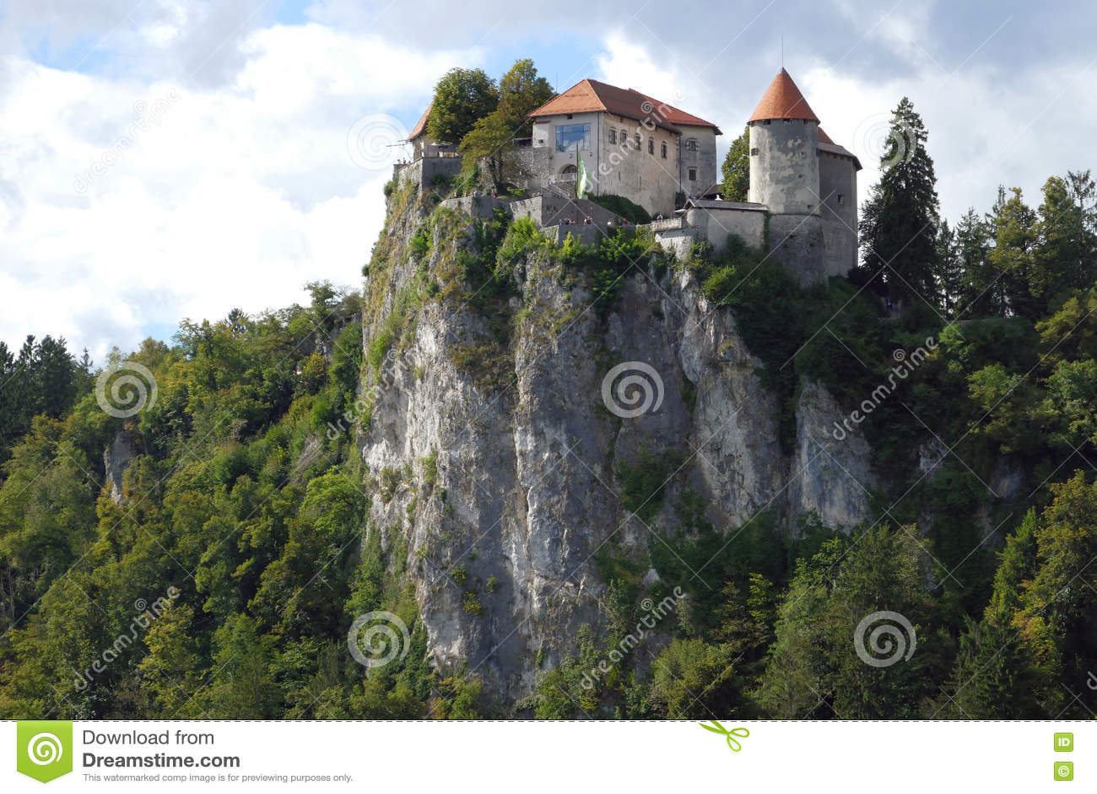 O castelo sangrado construído sobre um lago de negligência do penhasco sangrou, localizado no sangrado, Eslovênia