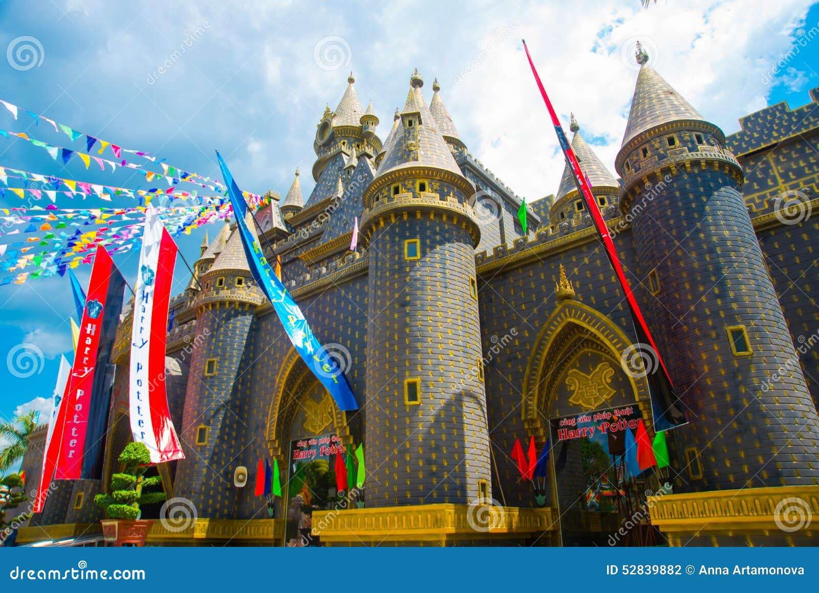 O castelo velho em um parque de diversões O castelo bonito de Harry Potter