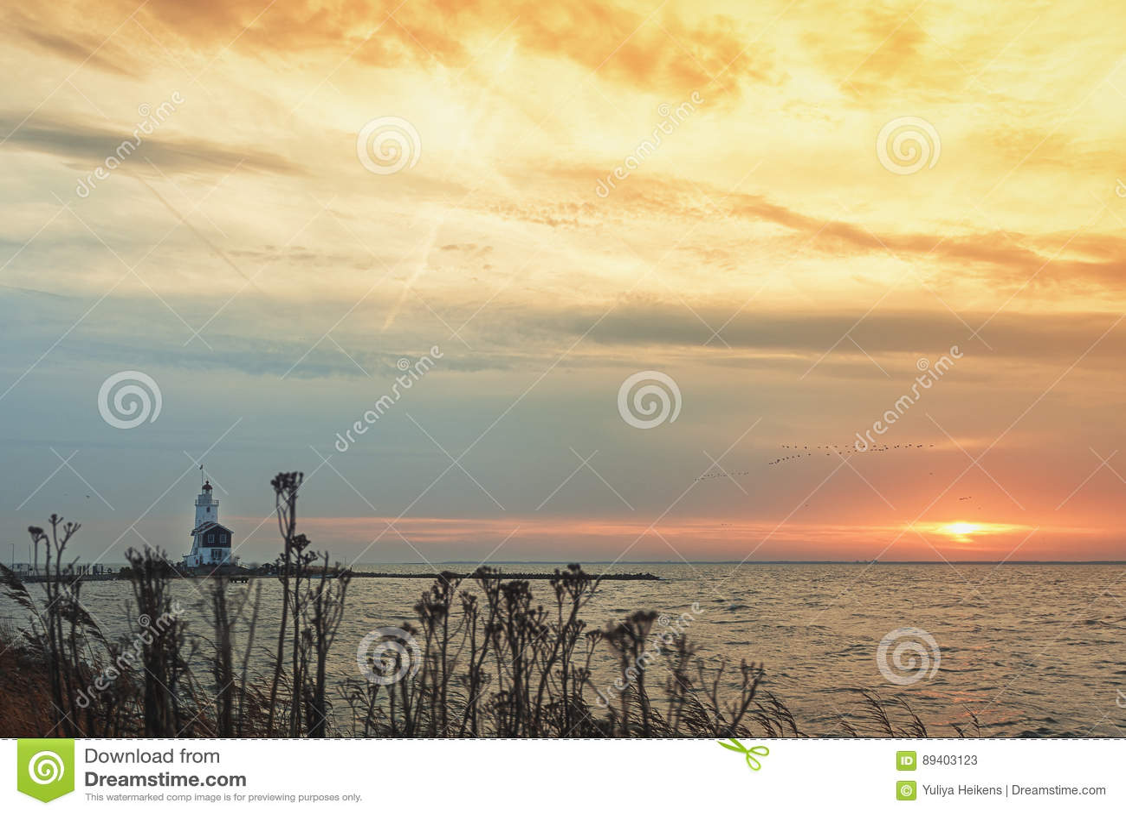O cavalo do farol de Marken durante o nascer do sol