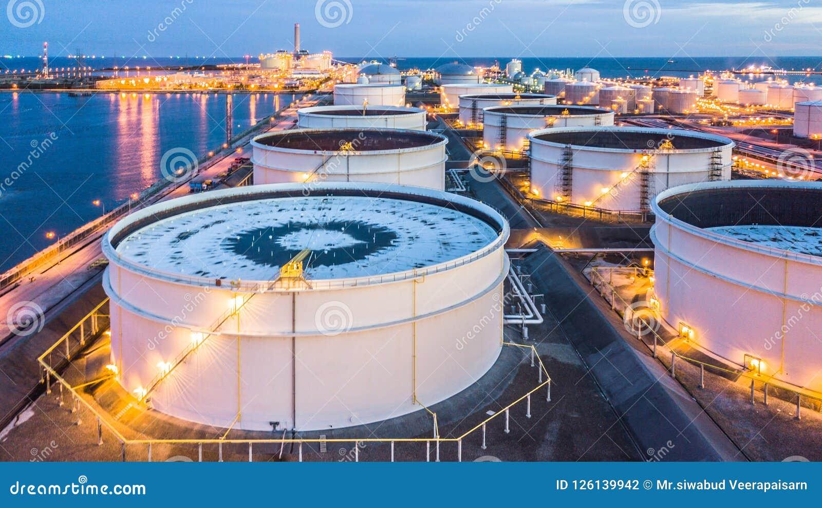 O central de petróleo da vista aérea é facilidade industrial para o armazenamento do