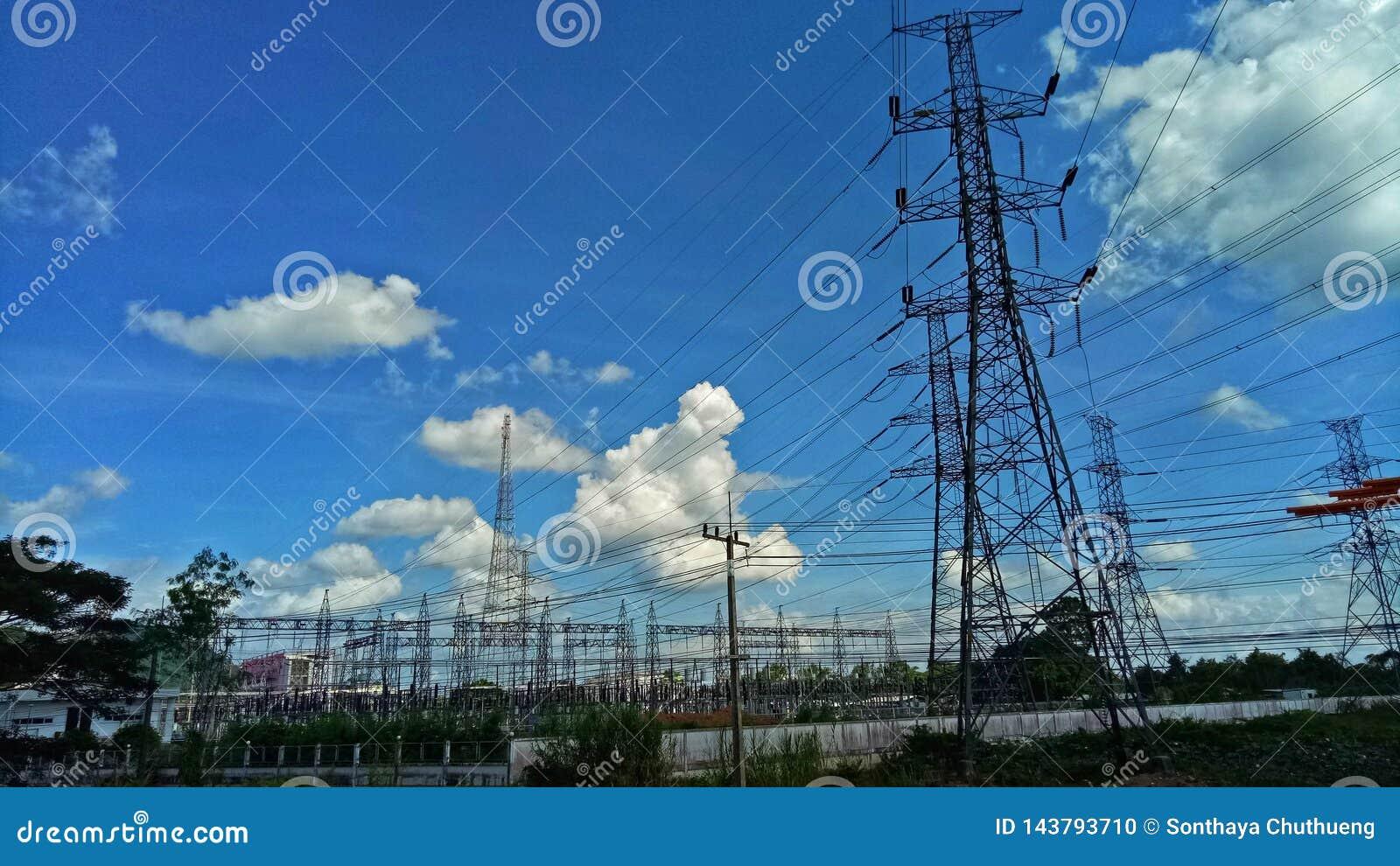 O central elétrica tem um cabo de alimentação