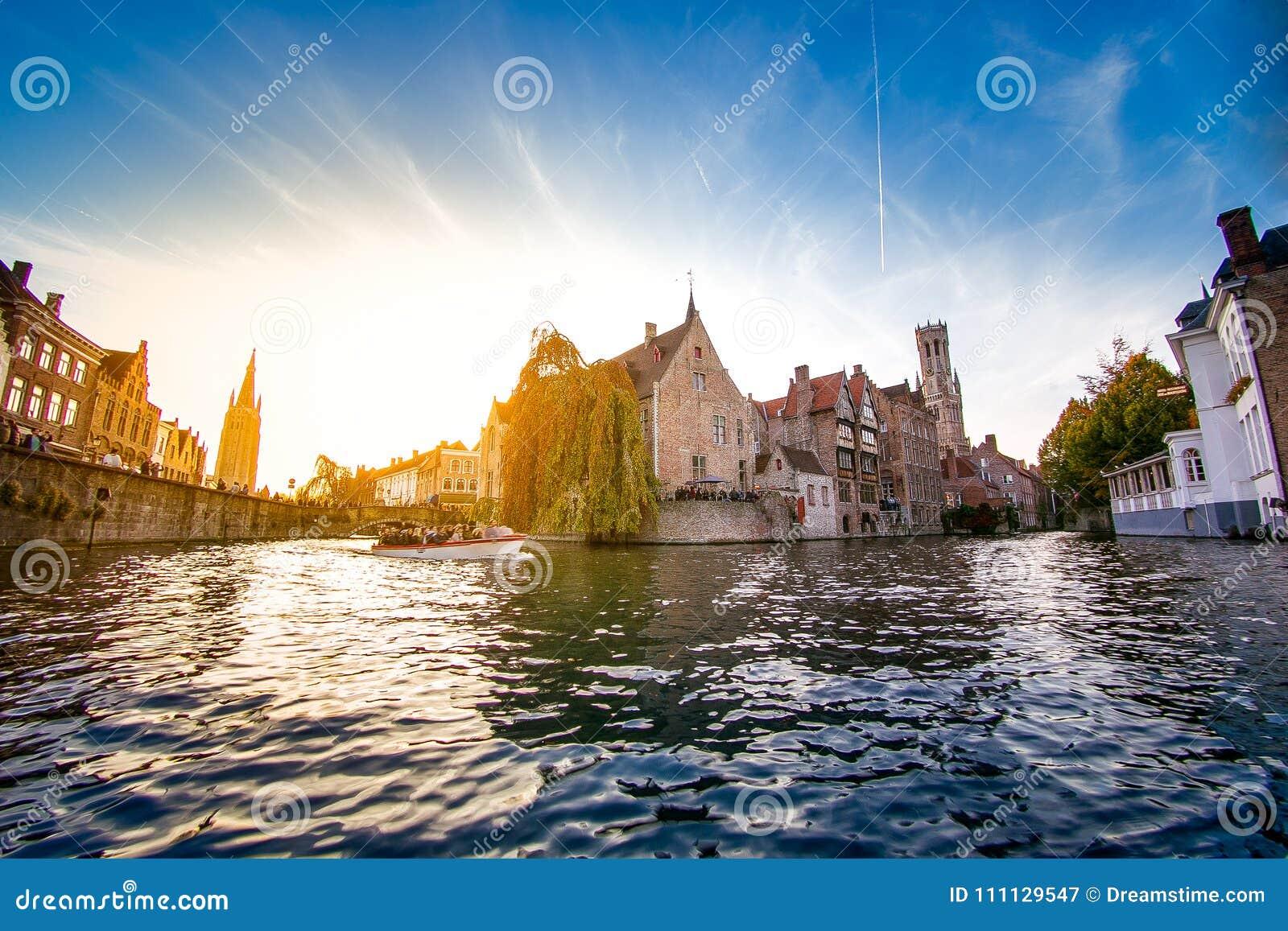 O centro da cidade de Bruges visto da água