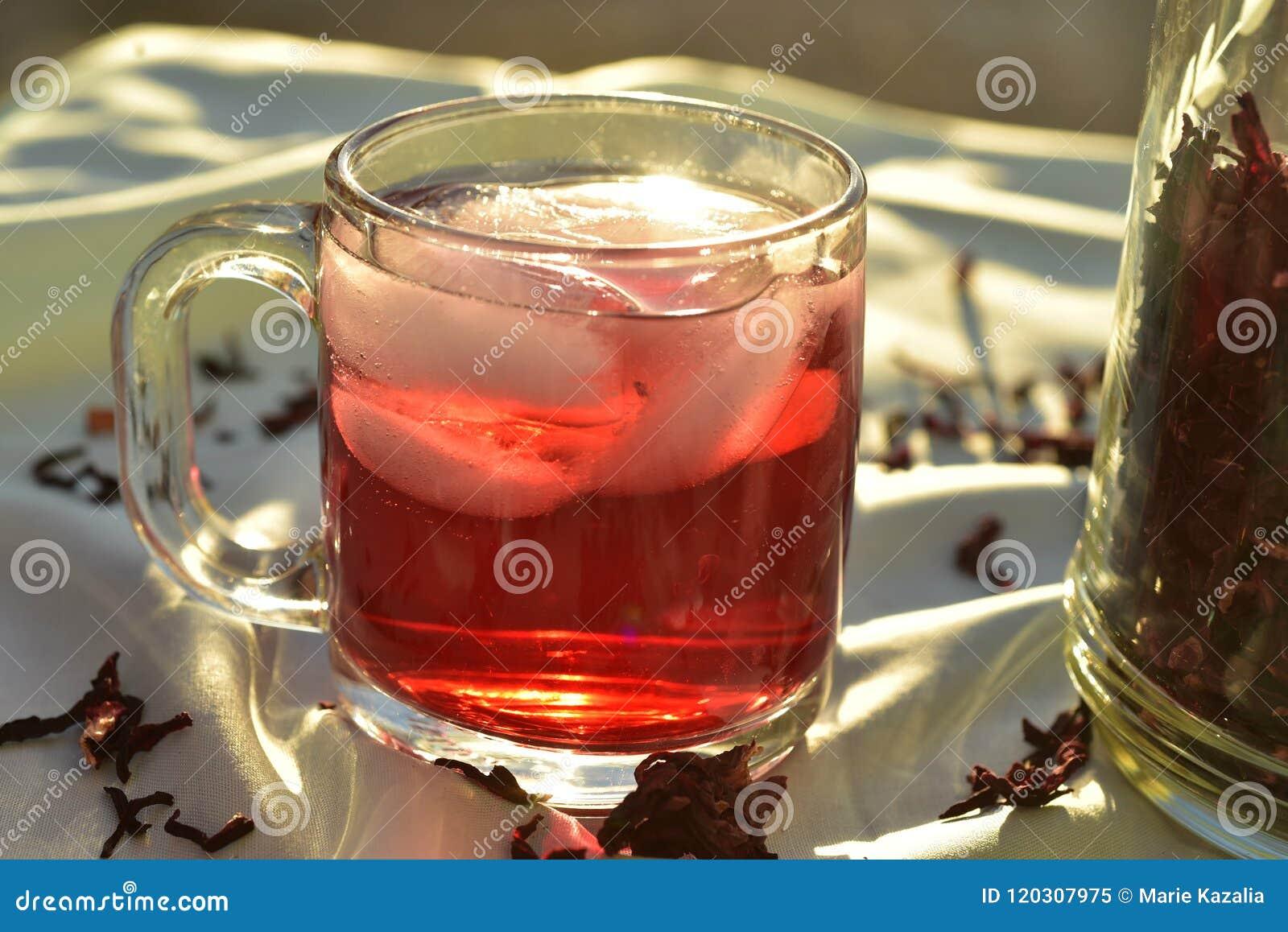 O chá de gelo vermelho natural feito do hibiscus floresce as pétalas chamadas Fleur de Jamaica em México