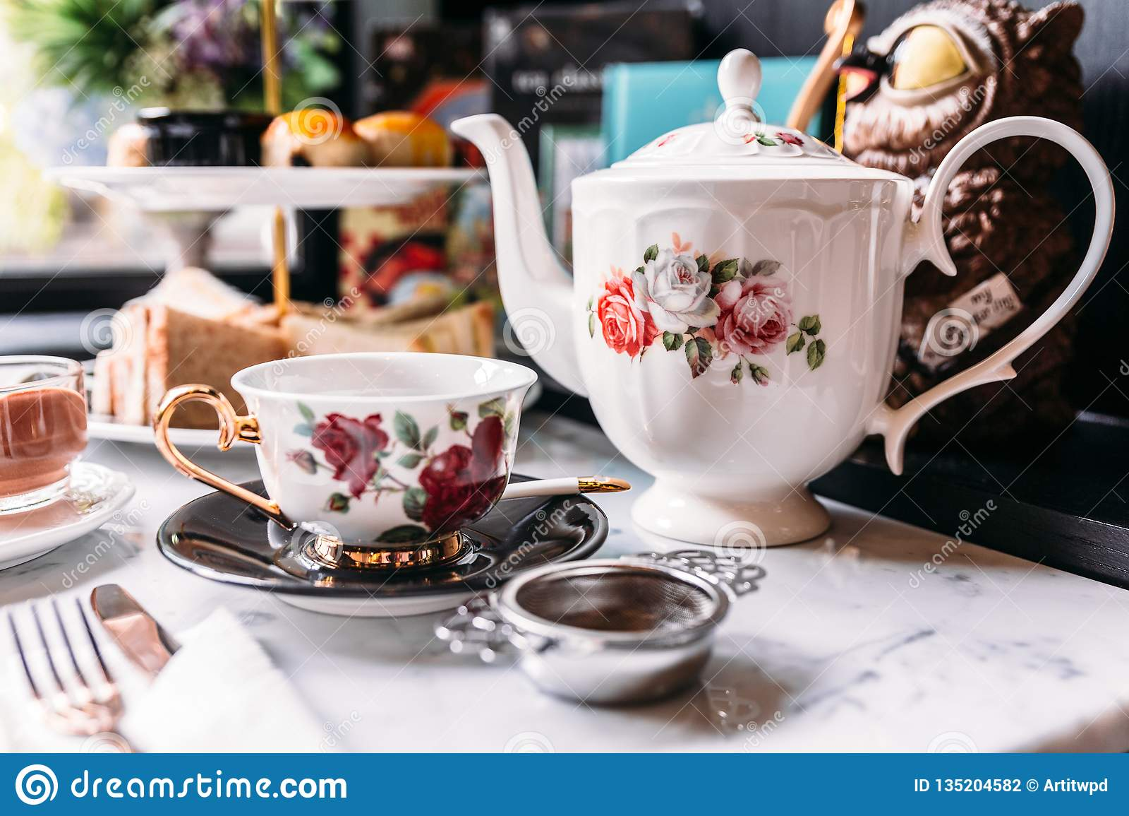 O chá inglês das rosas da porcelana do vintage ajusta incluir o bule, o copo de chá, a placa, a colher e o filtro do chá