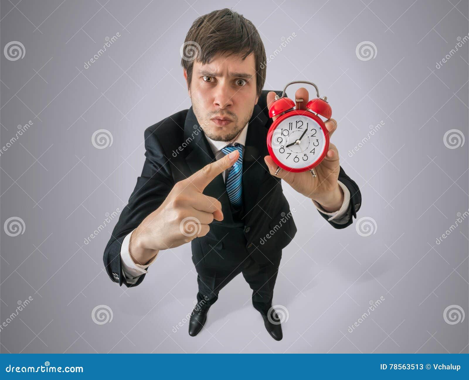 O chefe irritado está mostrando o pulso de disparo Disciplina no conceito do trabalho