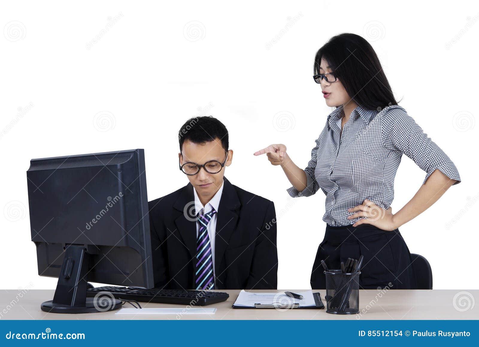 O chefe novo sente irritado a seu empregado