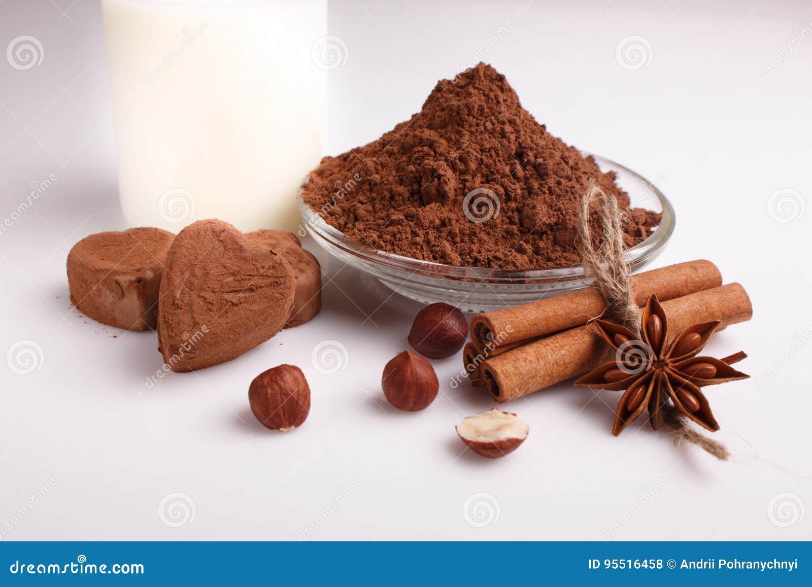 O chocolate coração-deu forma a doces em um fundo branco, composição do chocolate