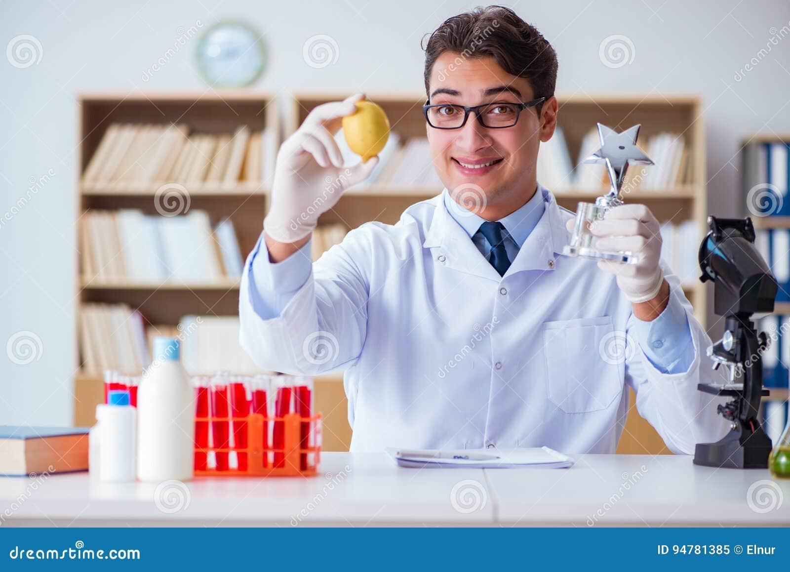O cientista do doutor que recebe o prêmio para sua descoberta da pesquisa
