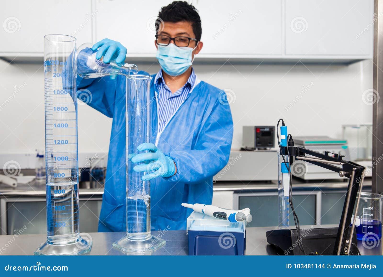 O cientista masculino que trabalha no laboratório vestiu-se no azul