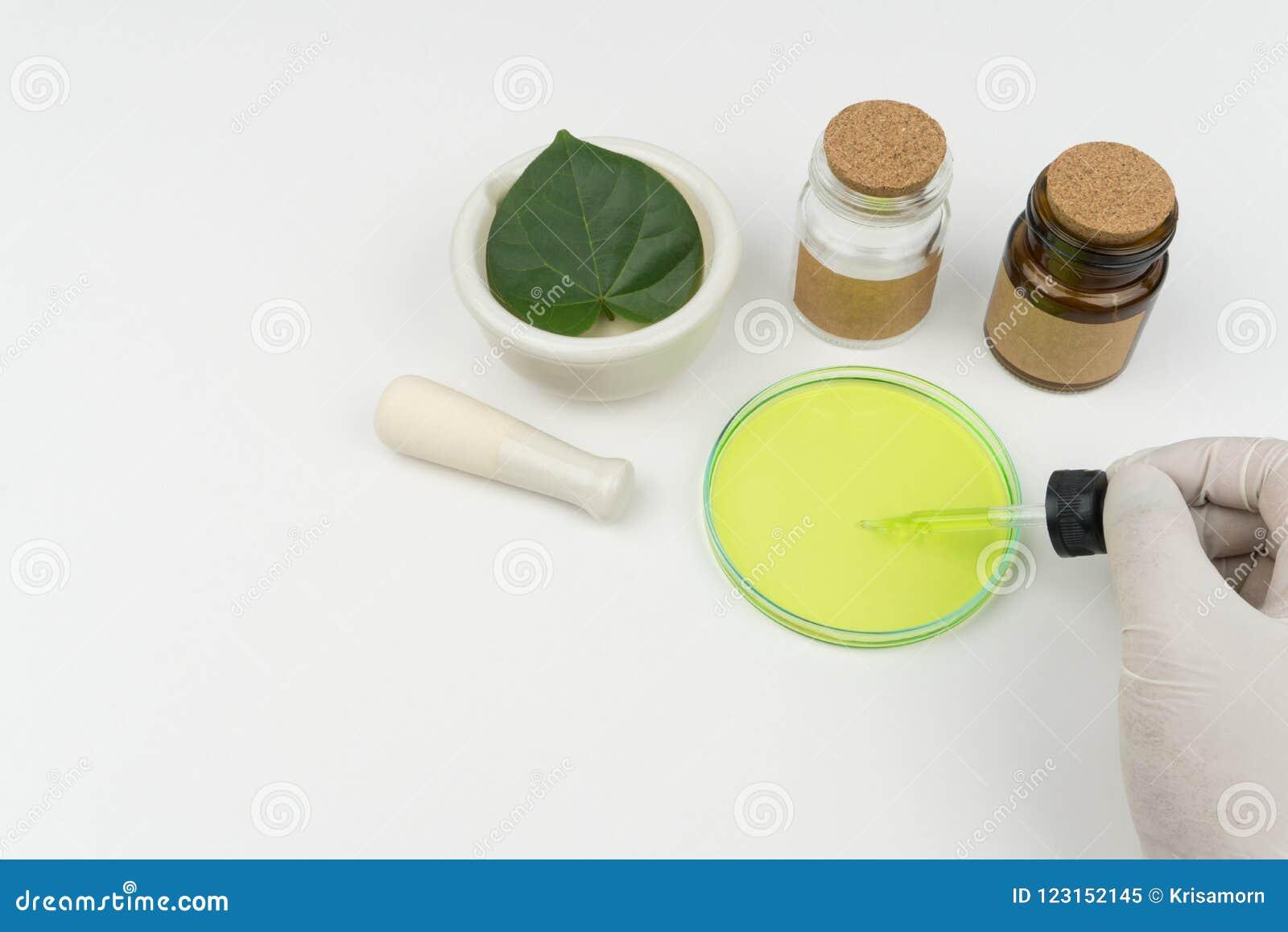 O cientista que guarda um conta-gotas líquido verde