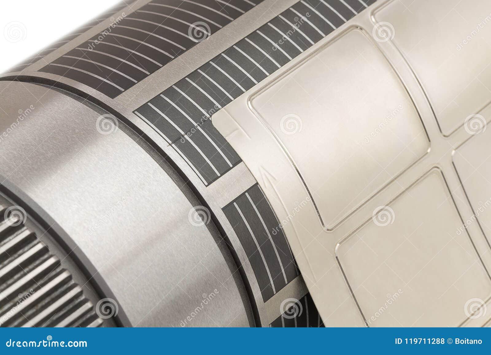 O cilindro magnético com flexível unido morre cortando na máquina flexographic da imprensa usada para a fabricação da etiqueta