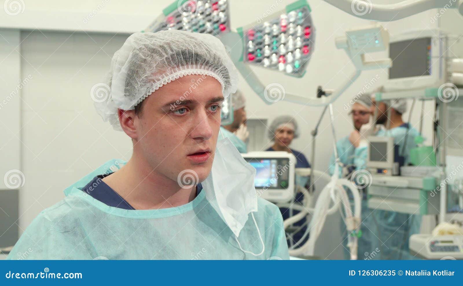 O cirurgião termina a cirurgia