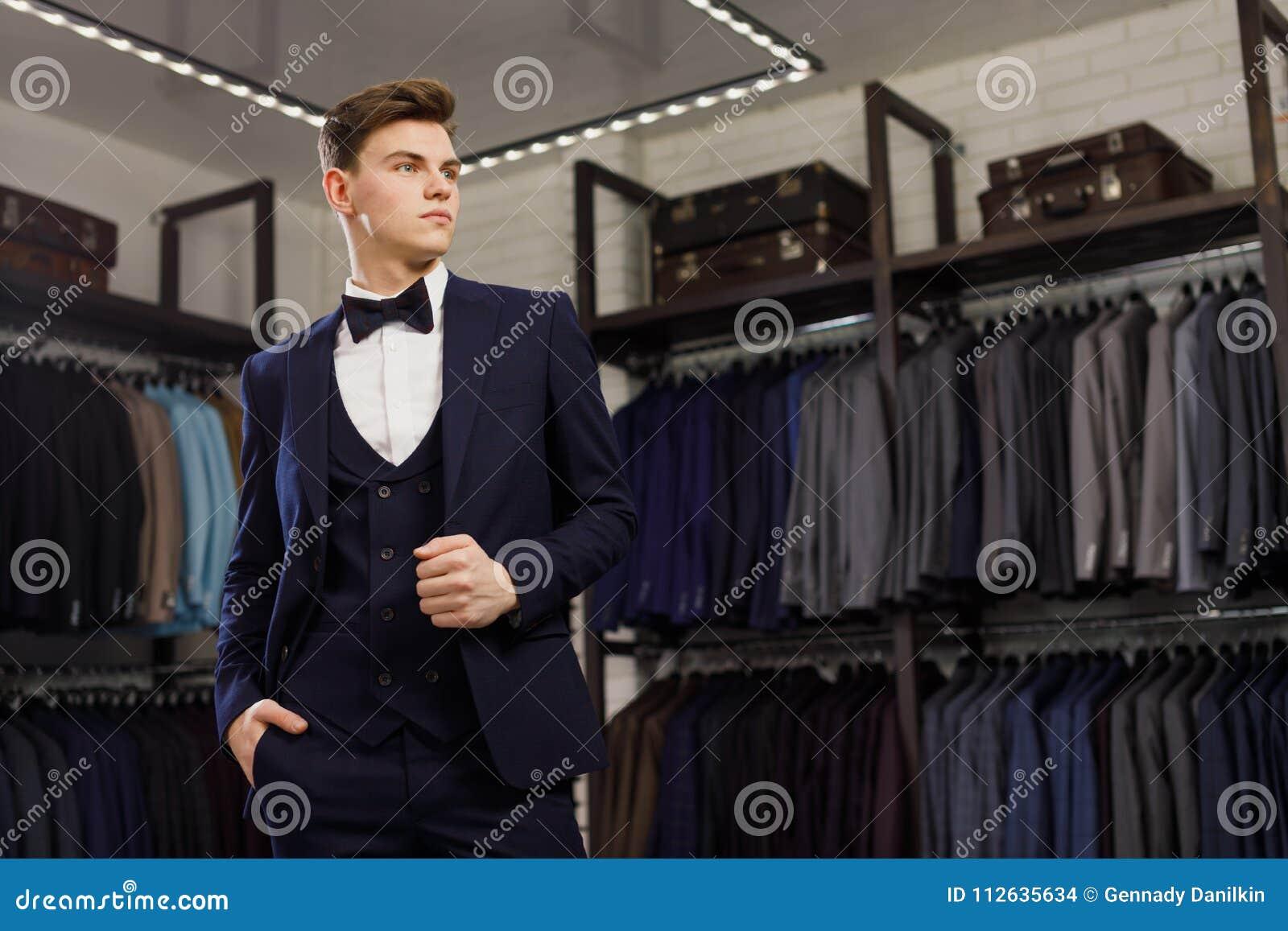 Aperfeiçoe ao último detalhe Homem de negócios moderno Forme o tiro de um  homem novo considerável no terno clássico elegante Beleza do ` s dos  homens 392330c038e8