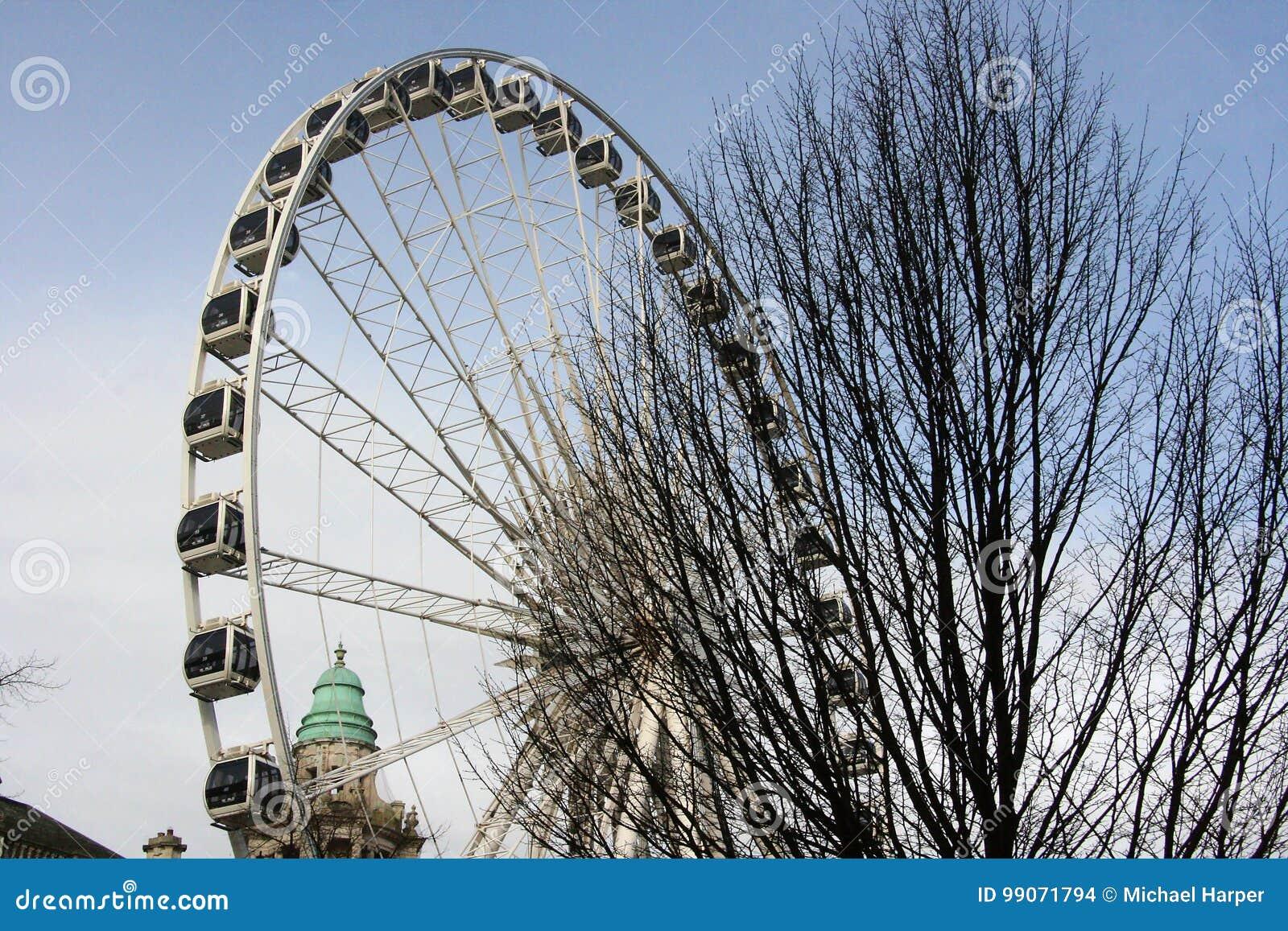 O clima controlou cápsulas da Belfast enorme que sightseeing roda dentro as terras da câmara municipal de Belfast em Irlanda do N