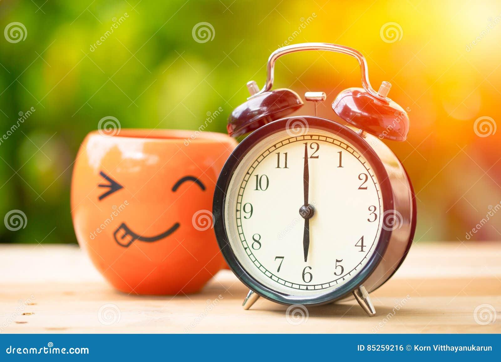 6 o`clock retro clock with smile coffee cup
