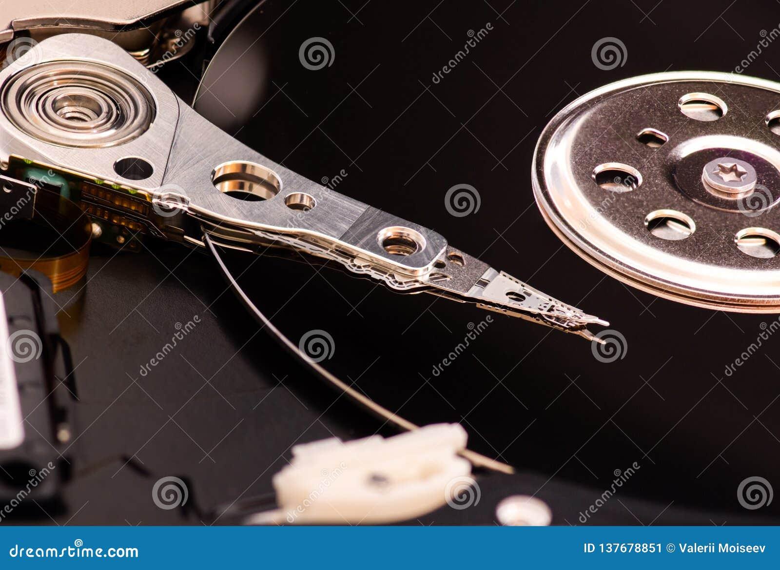 O close up abriu o disco rígido desmontado do computador, hdd com efeito do espelho