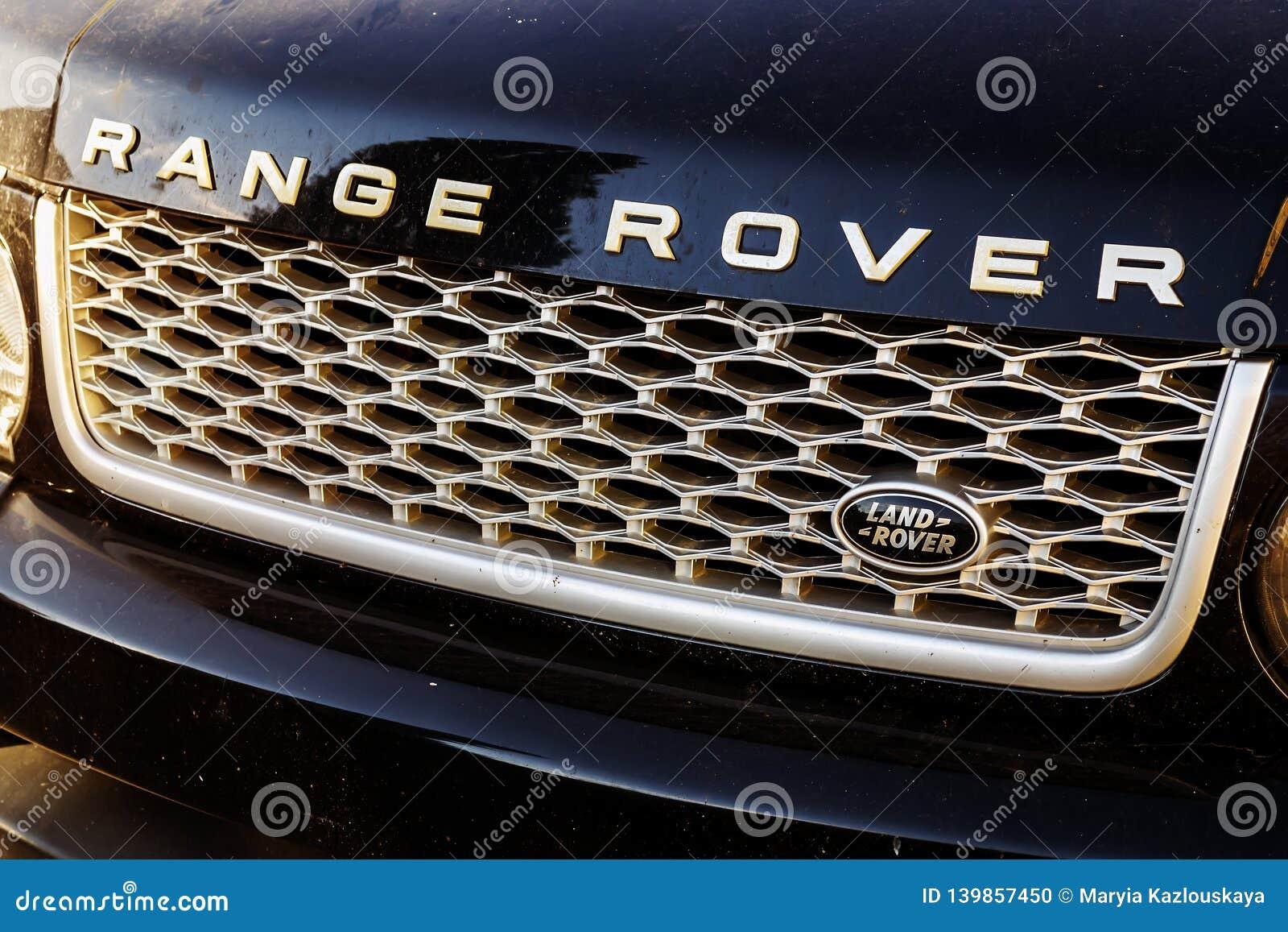 O close-up de Range Rover sujo croma a auto grade com logotipo de Land Rover