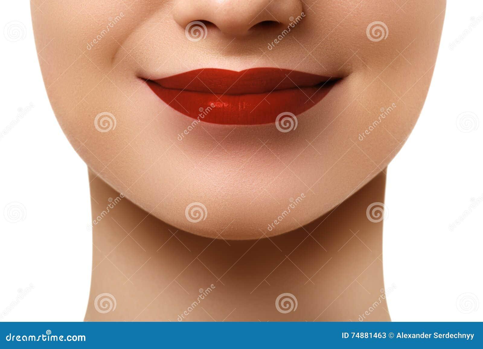 O close-up disparou dos bordos da mulher com batom vermelho lustroso Encanto com referência a