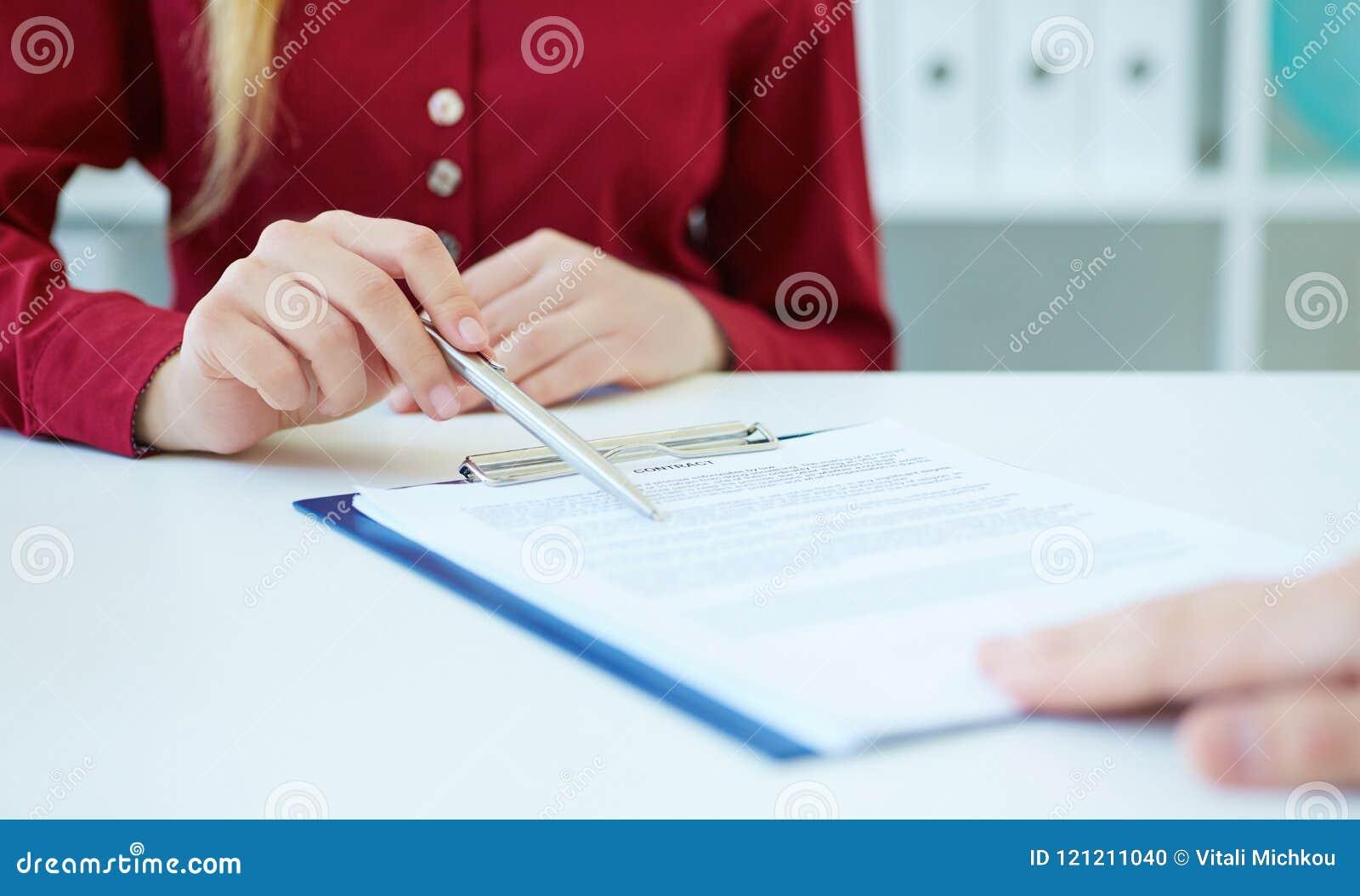 O close up do ` s da mulher de negócio entrega mostrar a seu sócio comercial novo as condições do contrato ou o contrato Apenas m