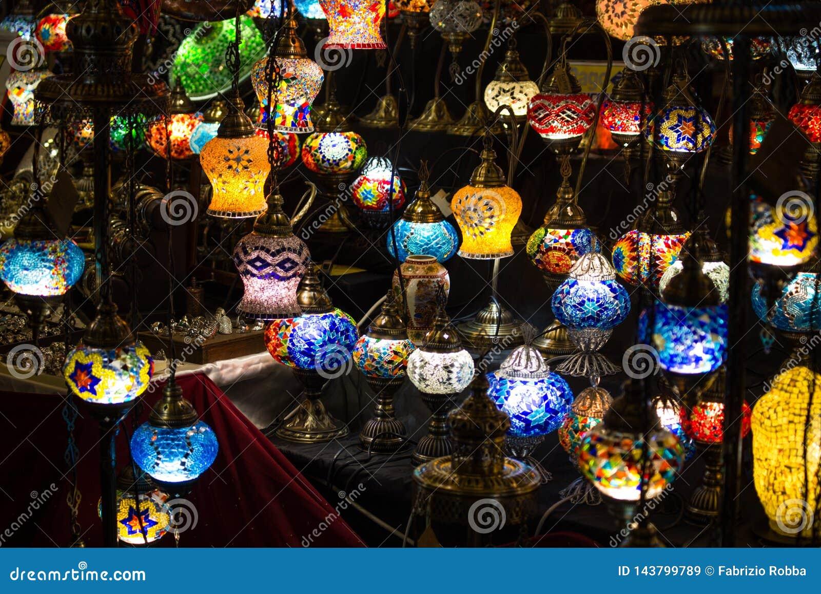 O close-up do vário círculo colorido deu forma a lâmpadas de vidro retros na escuridão, no mercado, como o efeito da cor do vinta