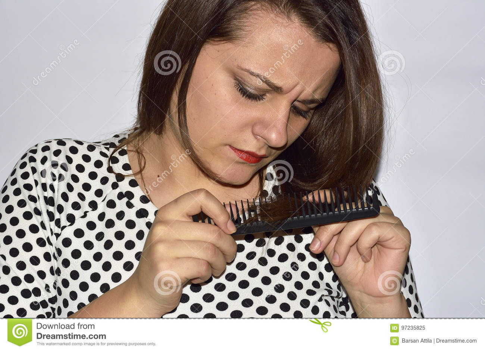 O close up que a jovem mulher frustrante infeliz a surpreendeu é cabelo perdedor, entradas observadas das extremidades rachadas h