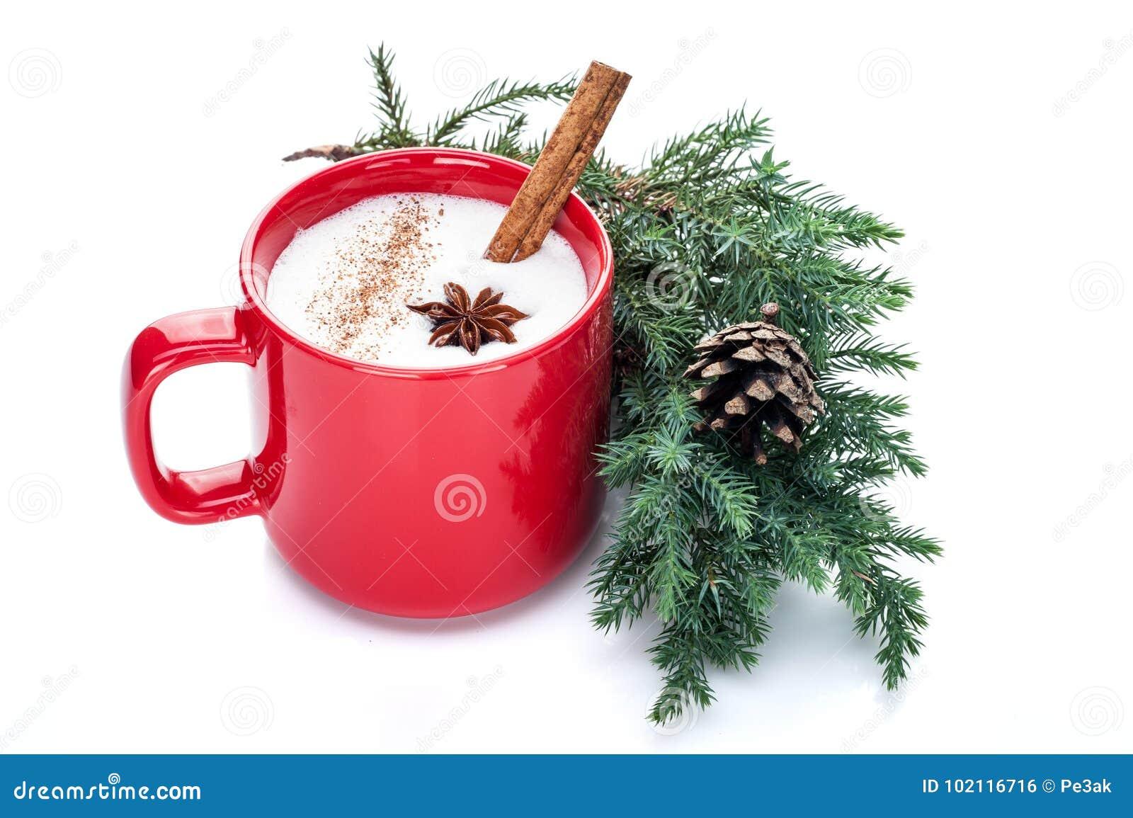 O cocktail da gemada na caneca vermelha arranjada com decoração do Natal é