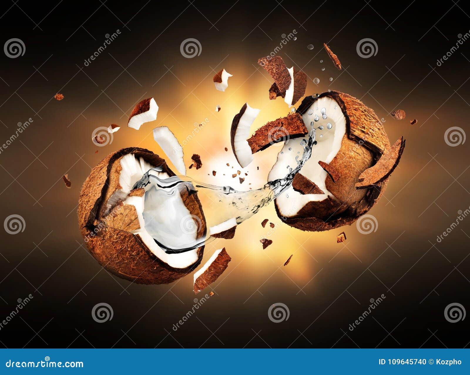 O coco explode em partes na obscuridade
