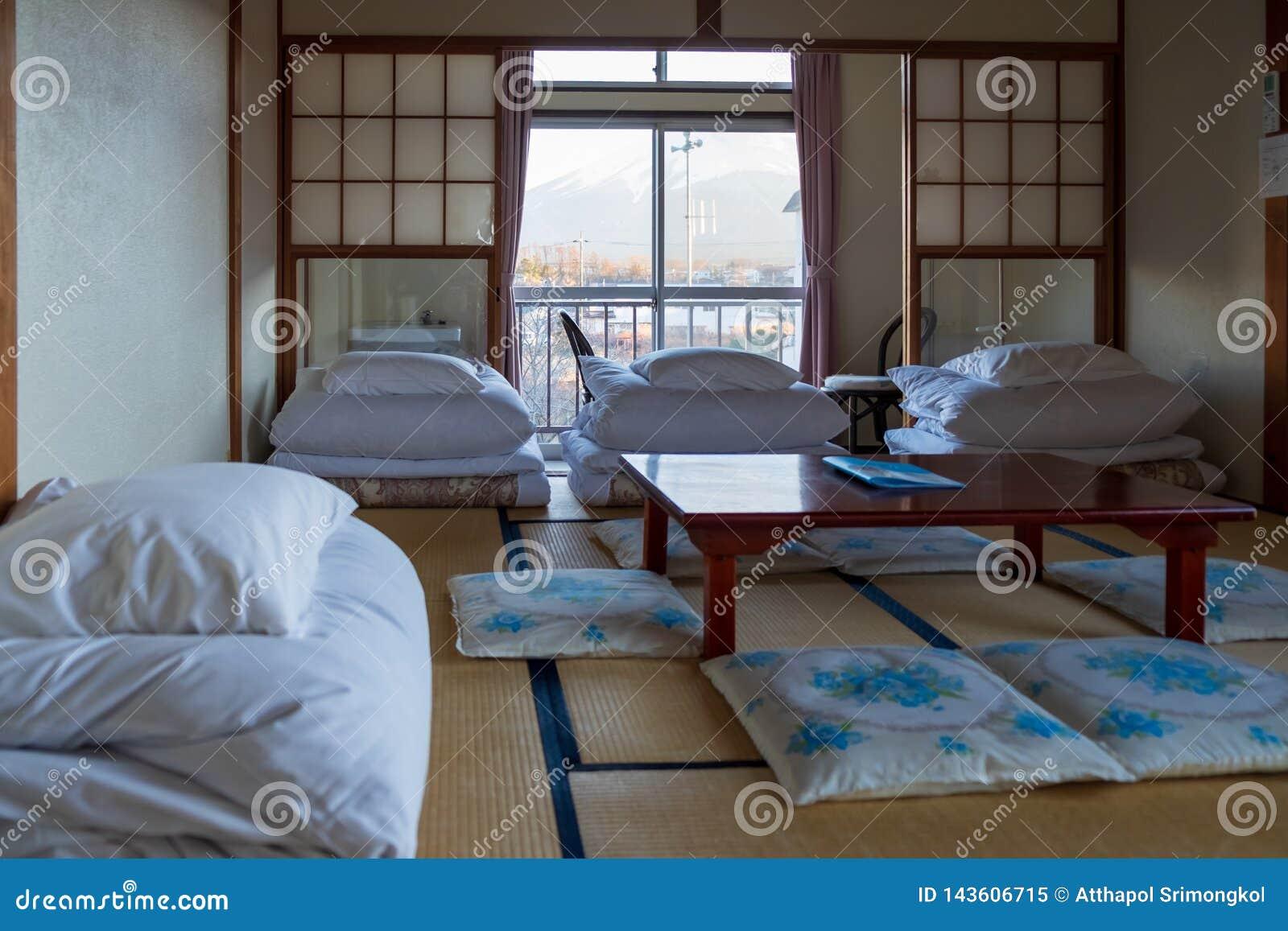 O colchão foi dobrado a pavimentar o sono em esteiras no estilo japonês