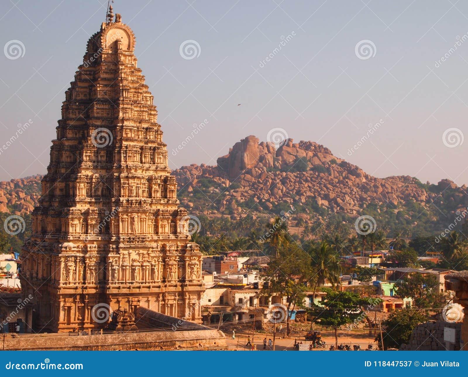 O complexo do templo de Hampi, um local do patrimônio mundial do UNESCO em Karnataka, Índia